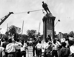 protestors-statue-riza-shah